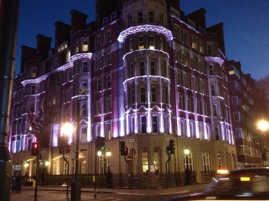 Radisson Blu Edwardian Kenilworth Hotel: The hotel at night