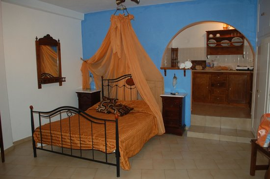 Levante Beach Hotel: Villa Lukas  вот такая была кровать с балдахином