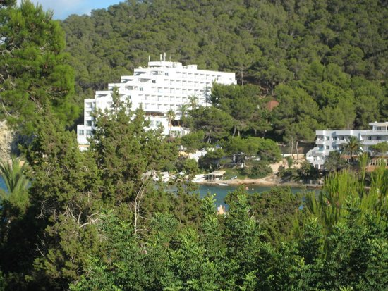 Apartamentos Cala Llonga Playa: View from our balcony across to the beach