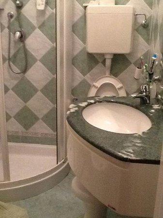 Hotel Beau Soleil: il bagnetto piccolo ma ristrutturato e pulito