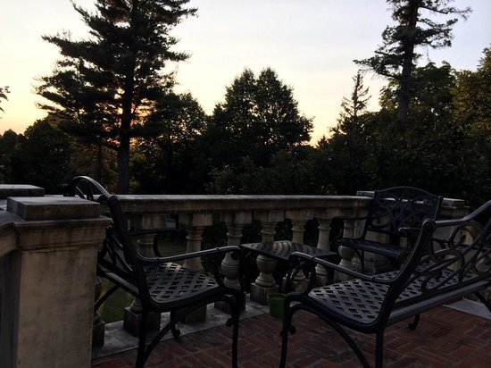 The Willard Street Inn: A lovely spot to have a cup of tea or glass of wine, just off the Solarium.