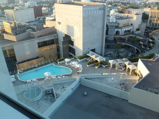 Loews Hollywood Hotel: View from room of pool and next door mall