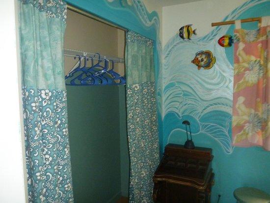 Maui Ocean Breezes: Master bedroom closet in Ocean Breezes house