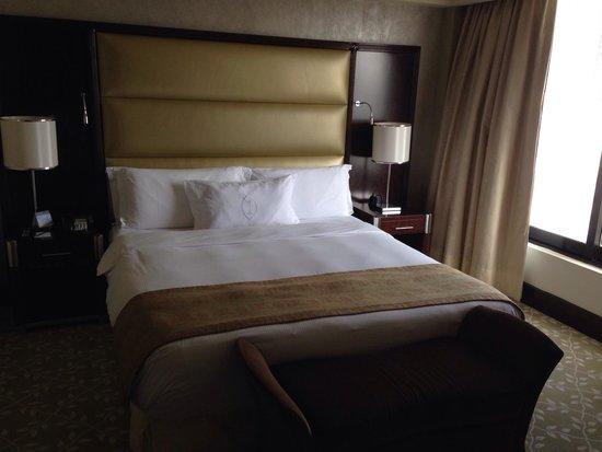 InterContinental Abu Dhabi: Bedroom area.