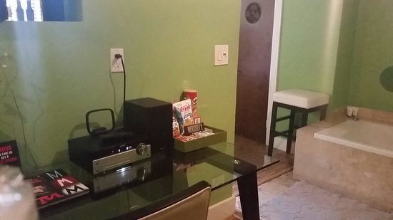 Chesterfield Hotel: Desk inside room