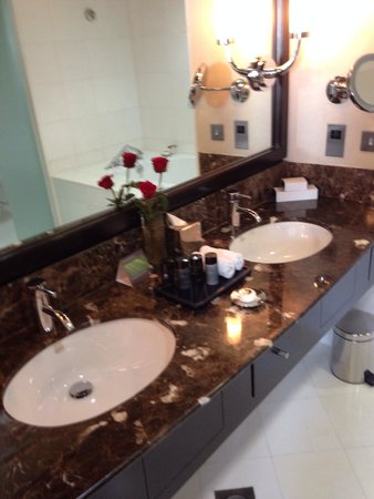 InterContinental Abu Dhabi : Bathroom - double vanity.