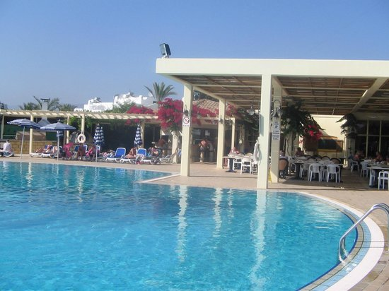 Cyprotel Laura Beach Hotel: Бассейн отеля