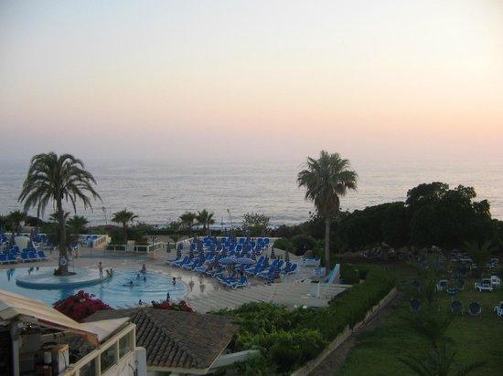Leonardo Laura Beach & Splash Resort: Бассейн на закате