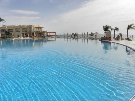 Cleopatra Luxury Resort Sharm El Sheikh: piscina sul mare
