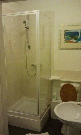 Curzon House Hotel: Badkamer, eerste avond hadden we steenkoud water.