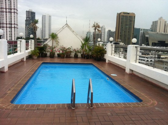 White Palace Bangkok: Good clean pool but the sits beside it are broken.
