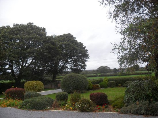Hillcrest Country Home : Front garden view