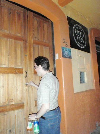 Puerta Vieja Hostel: Por la noche te dan llave para entrar