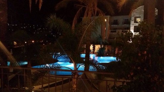 Denia La Sella Golf Resort & Spa : The swimming pool at night