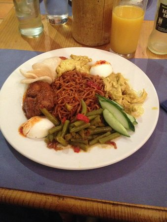 Toko FR Kotta : Spicy bami with tempeh, chicken curry, hot chicken, spicy beans and an egg