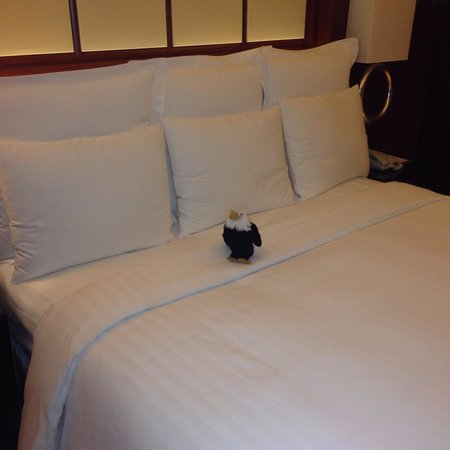 Marriott Hotel City Centre: Lots of pillows for sleeping (not just decorative)