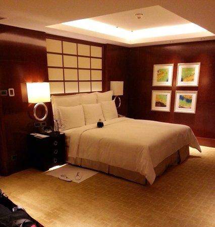 Shanghai Marriott Hotel City Centre: Large bedroom, suite 3820