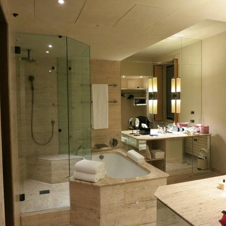 Park Hyatt Milan: Gorgeous partial view of the bathroom
