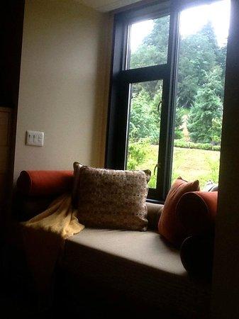 Allison Inn & Spa: zen window seat in the room