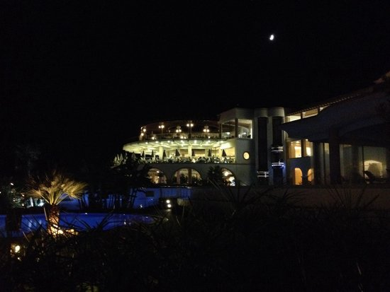 Atrium Prestige Thalasso Spa Resort and Villas : L'hotel in notturna