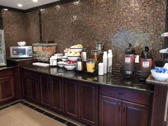 Comfort Inn Emporia: Breakfast room buffet