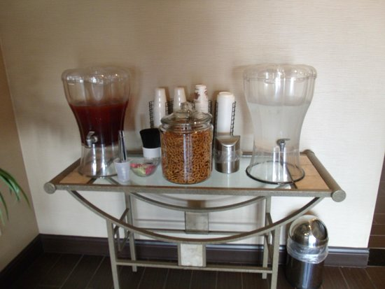 Comfort Inn Emporia: Complimentary water, tea and pretzels