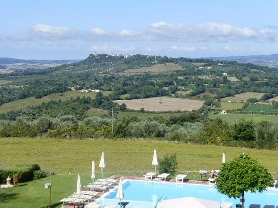 Saturnia Tuscany Hotel: vue sur la vallée depuis la piscine