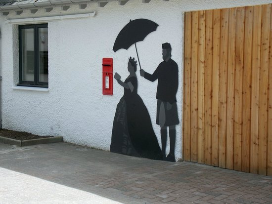 Queen's View : Queen Victoria and Mr. Brown outside the new Cafe