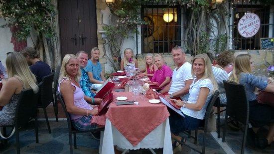 El Balcon de la Virgen : 2 families enjoying a good meal