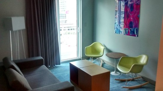 Aloft Miami Brickell: Corner Room, Sala de Estar