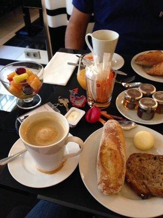 Le Petit Madeleine Hotel: cafe da manha