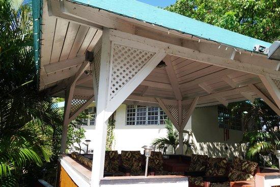 Flamboyan on the Bay Resort & Villas: Waiting for transportation area