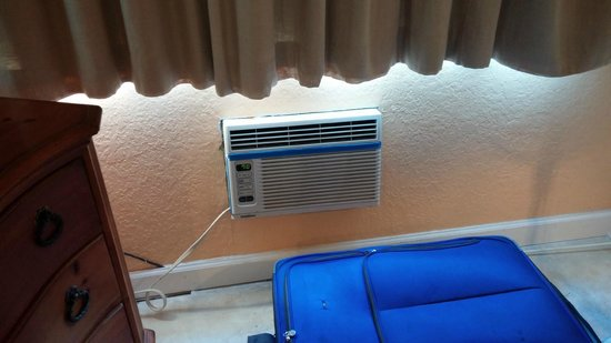 Traveler Motel: The barely working AC that is not big enough to cool the room