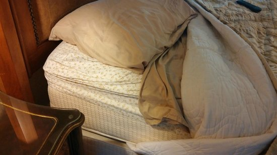 Traveler Motel: Mismatched sheets that don't fit...and that's how the cleaning lady made the bed