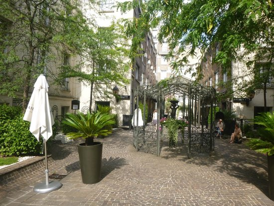 Hotel Les Jardins du Marais : Pátio interno com jardim