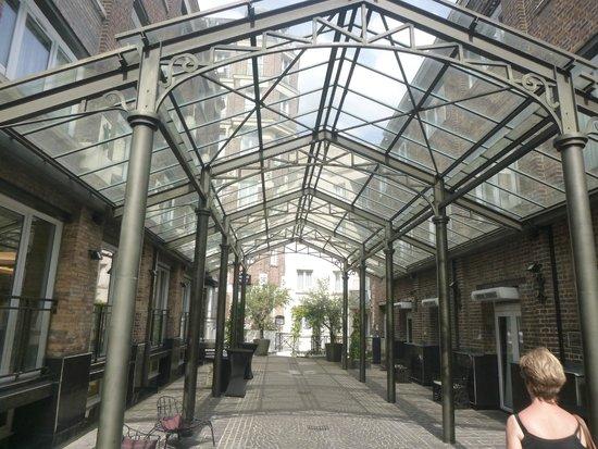 Hotel Les Jardins du Marais : Pátio interno coberto
