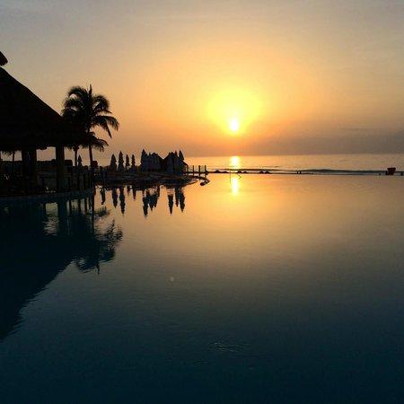 The Westin Lagunamar Ocean Resort: Sunset over Viento Bar
