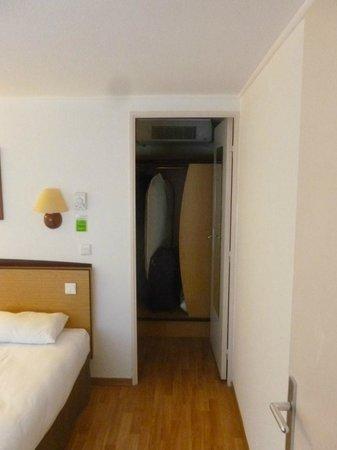 Campanile Haguenau: Chambre non rénovée veillotte, maronnasse, clim très faible