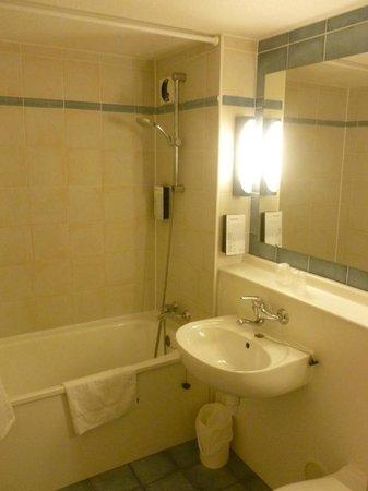 Campanile Haguenau: Salle de bain sans le miroir anti-buée, qu'on ne trouve que dans les Campaniles rénovés