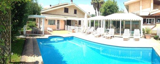 La Villetta Suite: Nice pool area outside reception