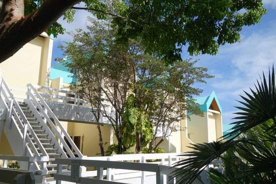 Flamboyan on the Bay Resort & Villas: Other side of the property apartments