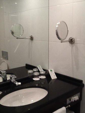 Lindner Hotel & City Lounge Antwerpen: la salle de bain
