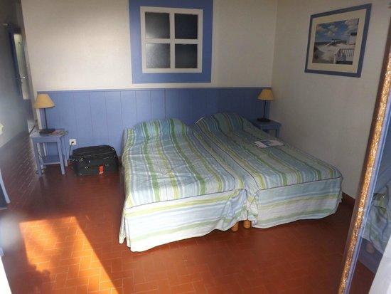 Hôtel Club Vacanciel Carqueiranne : chambre du bas, derrière fenêtre de la kichenette
