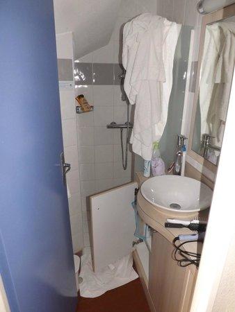 Hôtel Club Vacanciel Carqueiranne : salle de bain exigue en bas manque de place pour sècher les serviettes
