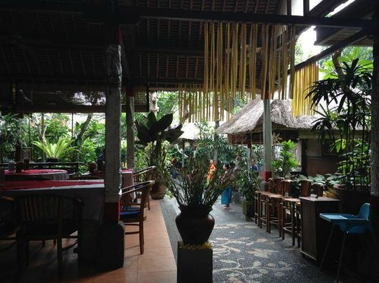 Cafe Wayan & Bakery : Garden setting
