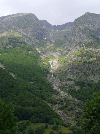 Chantelouve, Francia: Cascade non loin en face de l'auberge
