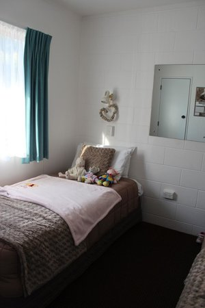 Harbour View Motel : Bedroom with 2 single beds - Our Daughter has made her friends at home already