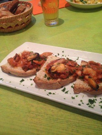 Il Melograno: Antipasto di crostini di mare