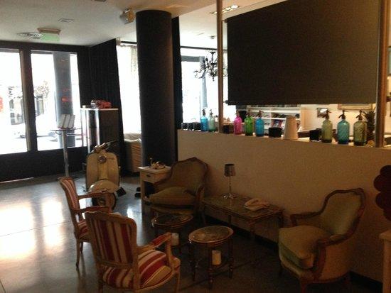 Be Hollywood! Boutique Hotel: vista de parte del comedor desde el lobby