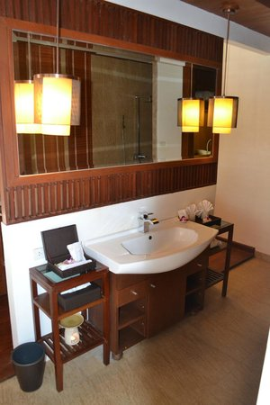 The Sarann: Suite - Bathroom